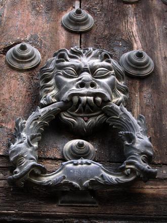 grotesco-llamador-en-toledo-1571929